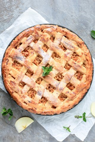 This Homemade Apple Pie is rustic and classic, just like grandma used to make it. Just like a good homemade pie is supposed to be. | www.vibrantplate.com