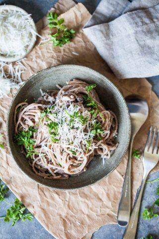 This Whole Grain Spaghetti al Tonno takes literally 10 minutes to make!   www.vibrantplate.com
