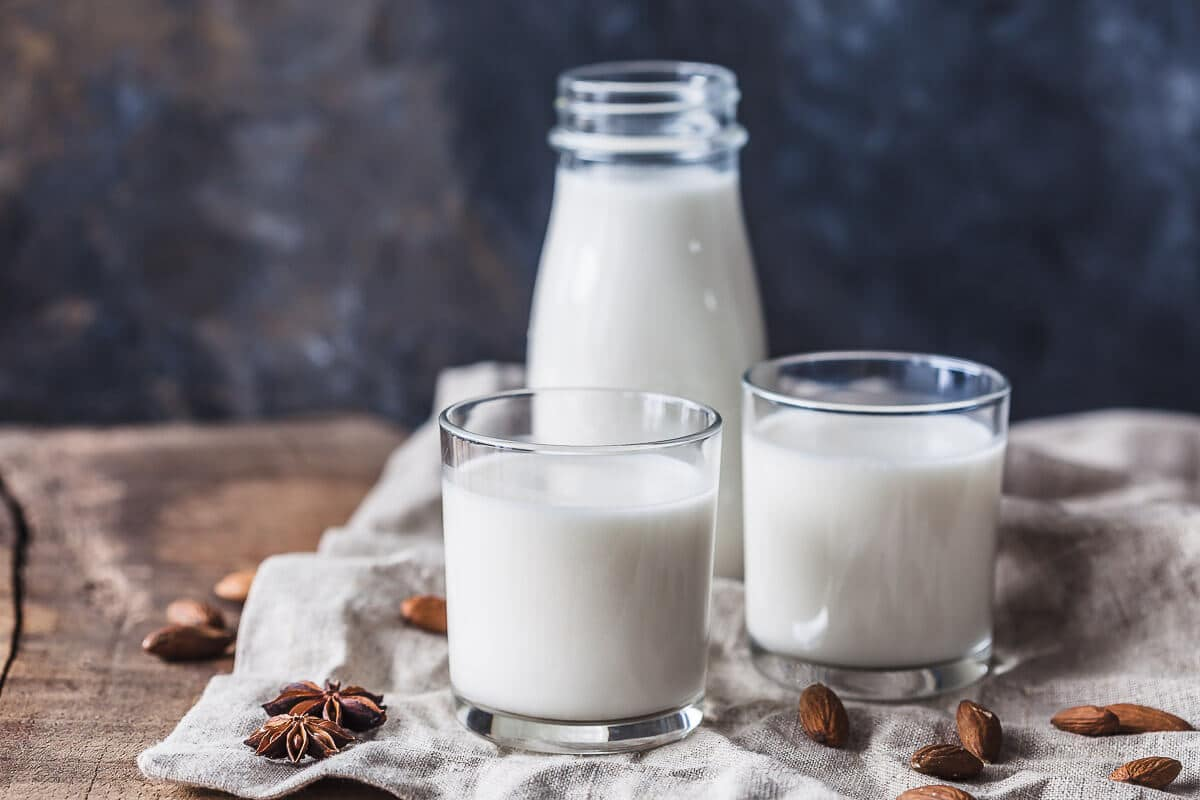 Homemade Almond Milk in just 5 minutes! This is a delicious Vegan & Gluten-Free plant-based milk and a great dairy-free alternative. | Vibrant Plate