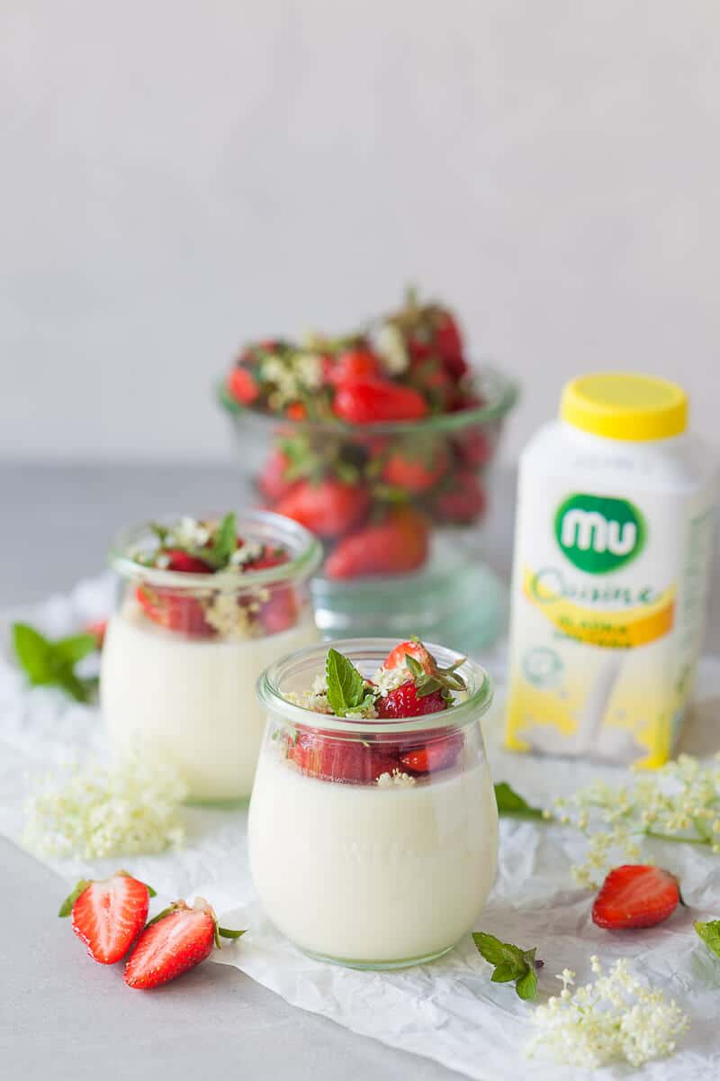 This Elderflower Panna Cotta topped with macerated Strawberries is an easy and quick dessert for your Sunday Lunch! | Vibrant Plate