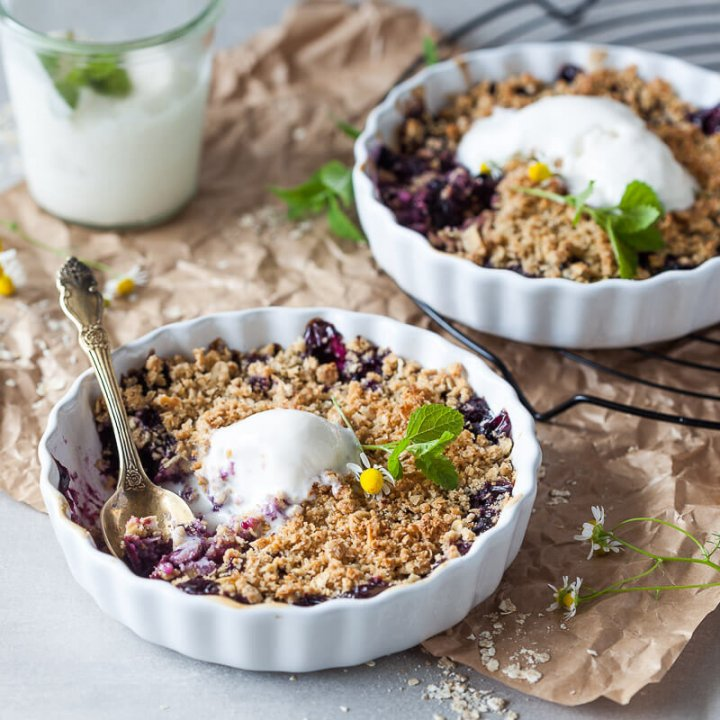 Vegan Blueberry Crumble, made with blueberries and a crunchy crumble topping, just the perfect plant-based summer treat. | Vibrant Plate