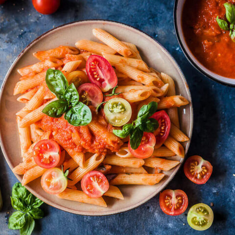 Easy Pasta in Fresh Tomato Sauce {Vegan}